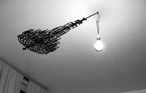 lampadari strani : Altrettanto stravagante ? questo lampadario interamente costruito con ...